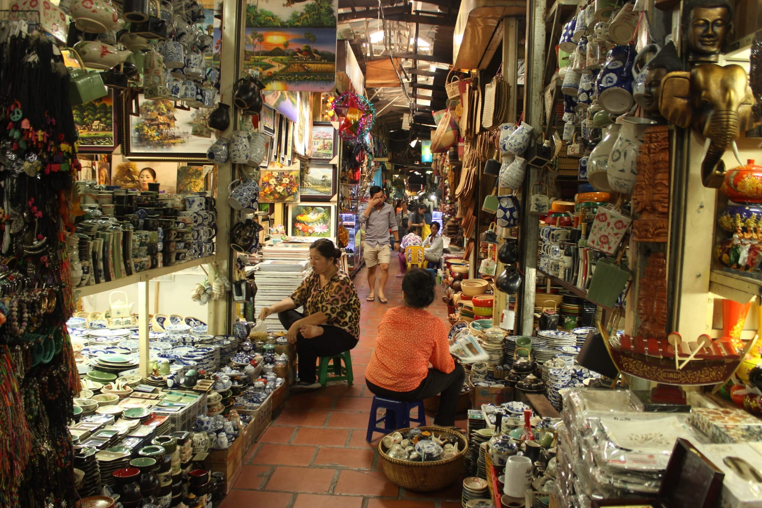 A large number of foreign residents enjoy this market's curios and variety goods【Russian Market】